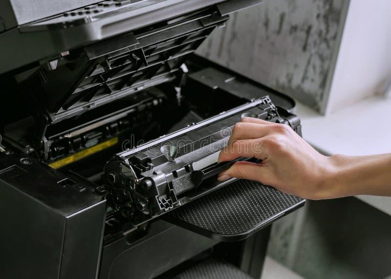 替换在激光打印机的弹药筒 图库摄影