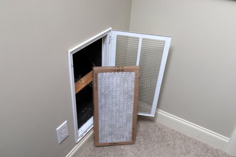 替换家庭空调的干净的空气过滤器 免版税图库摄影