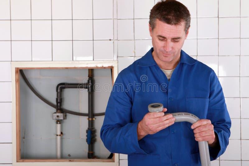 替换管子的熟练工 库存照片
