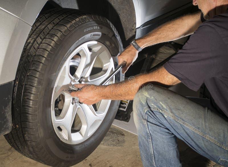替换轮胎的汽车修理 免版税库存照片