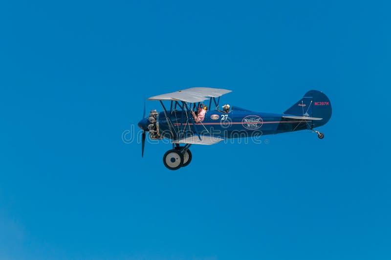 1929年刻替斯怀特旅行反对清楚的天空的空气E-4000双翼飞机 免版税库存图片