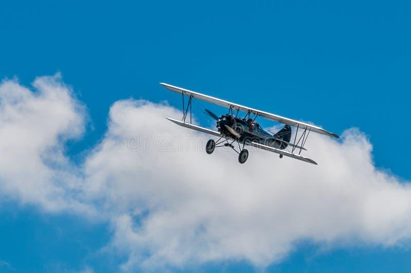 1929年刻替斯怀特旅行空气E-4000双翼飞机和云彩 免版税图库摄影