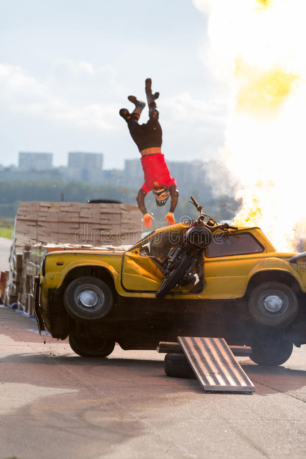 替身演员飞行在灼烧的汽车 库存照片