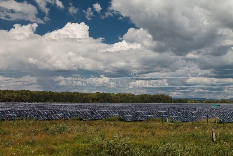 替代数字式能源域草例证来源涡轮风 太阳能驻地 免版税库存照片