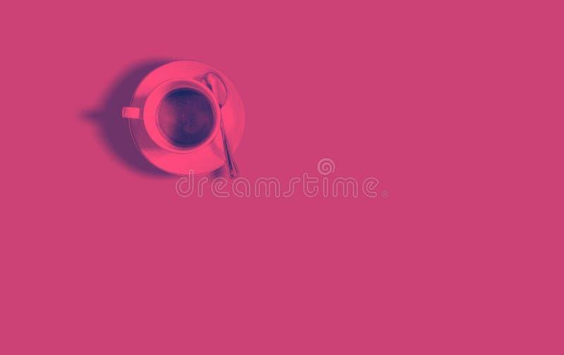 最低纲领派样式有一个咖啡杯的一张顶视图有一个红色二重奏口气作用的 皇族释放例证