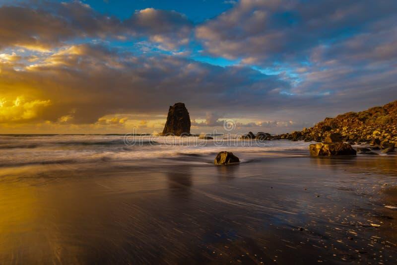 最低纲领派海风景、ocanic海滩和岩石 免版税图库摄影