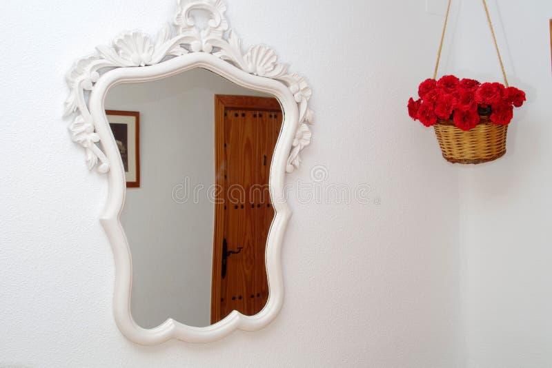 最低纲领派镜子和红色康乃馨 免版税库存图片