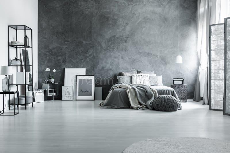 最低纲领派和灰色顶楼卧室 库存照片