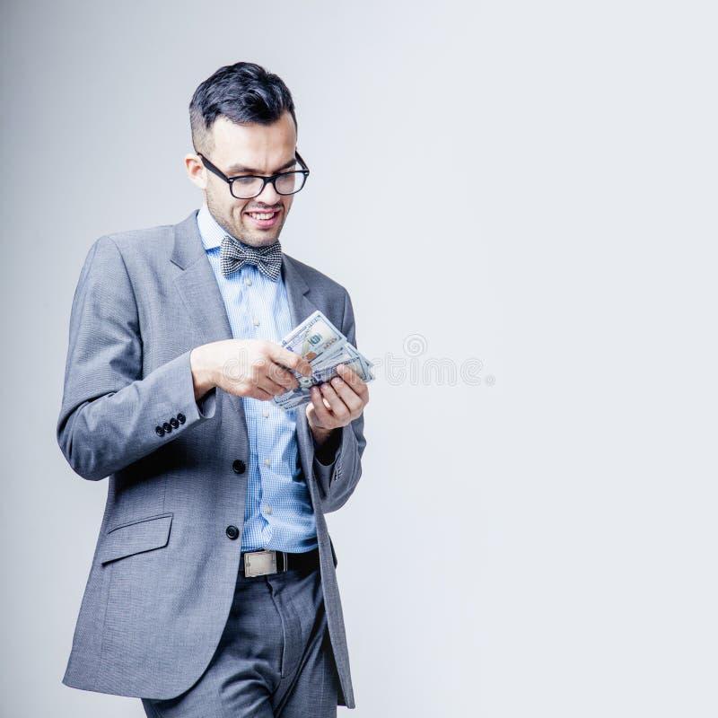最佳的刺激是金钱 与金钱的愉快的商人 透视,充实,自由,就业,事业概念 库存照片