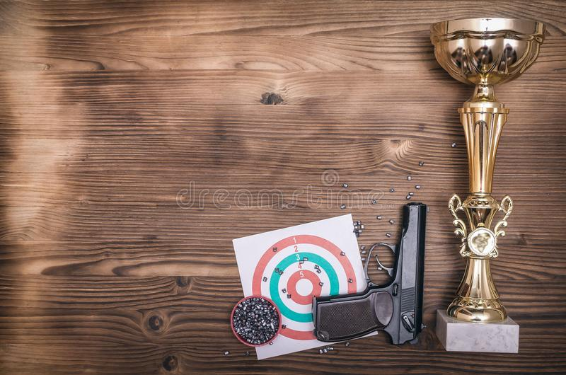 最佳的射击者奖 枪和纸目标 射击实践 靶场 库存图片