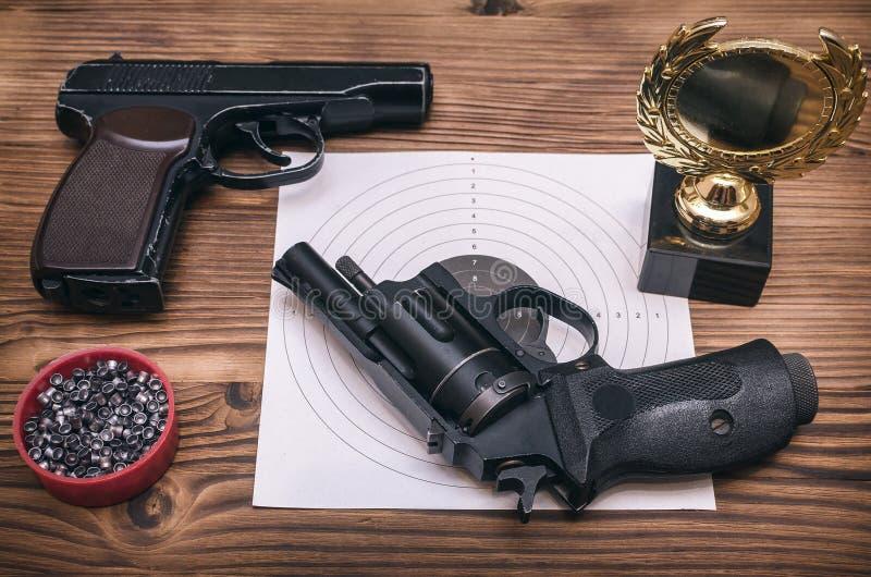 最佳的射击者奖 枪和纸目标 射击实践 靶场 图库摄影