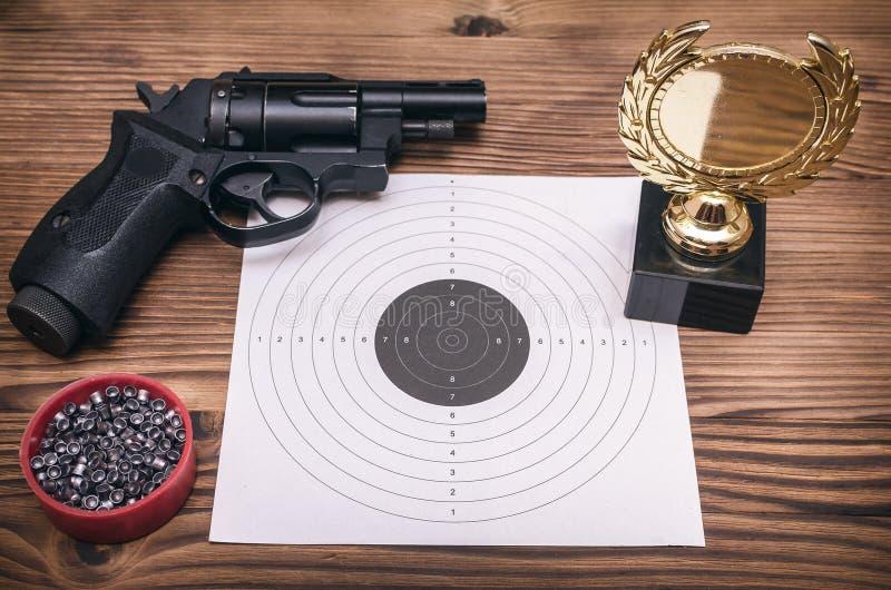 最佳的射击者奖 枪和纸目标 射击实践 靶场 免版税库存图片