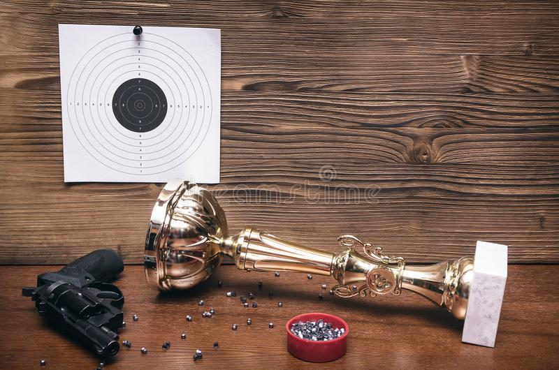 最佳的射击者奖 枪和纸目标 射击实践 靶场 免版税库存照片