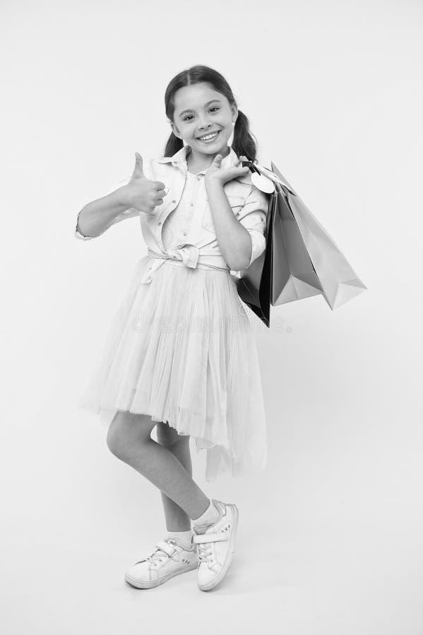 最佳的折扣和电视节目预告代码 女孩运载购物袋 回到学校季节了不起的时间教预算的基本 库存图片