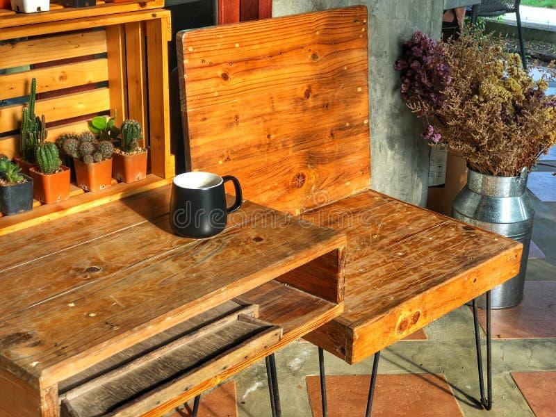 最佳的时刻放松,在木桌上的无奶咖啡杯子 免版税库存图片