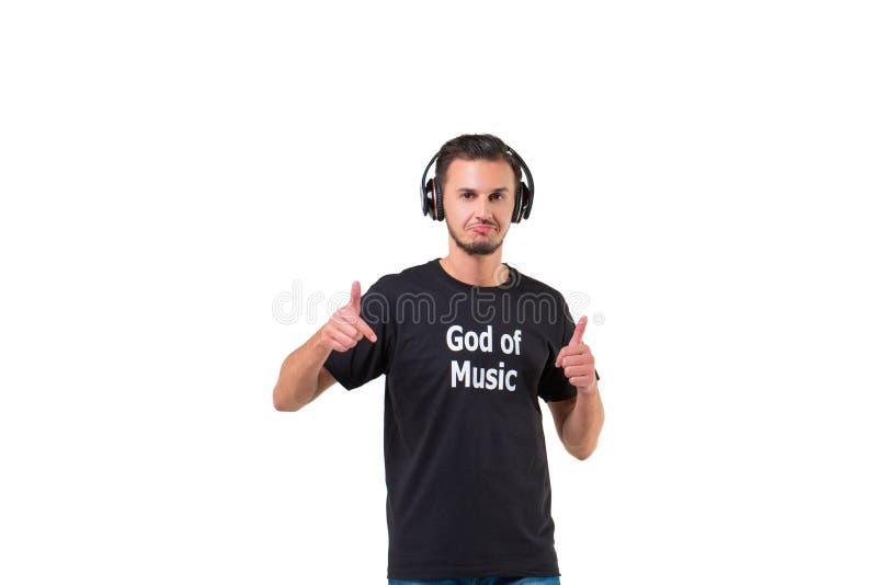 最佳的耳机 现代愉快的有胡子的在白色隔绝的大耳机的人听的音乐 免版税库存照片