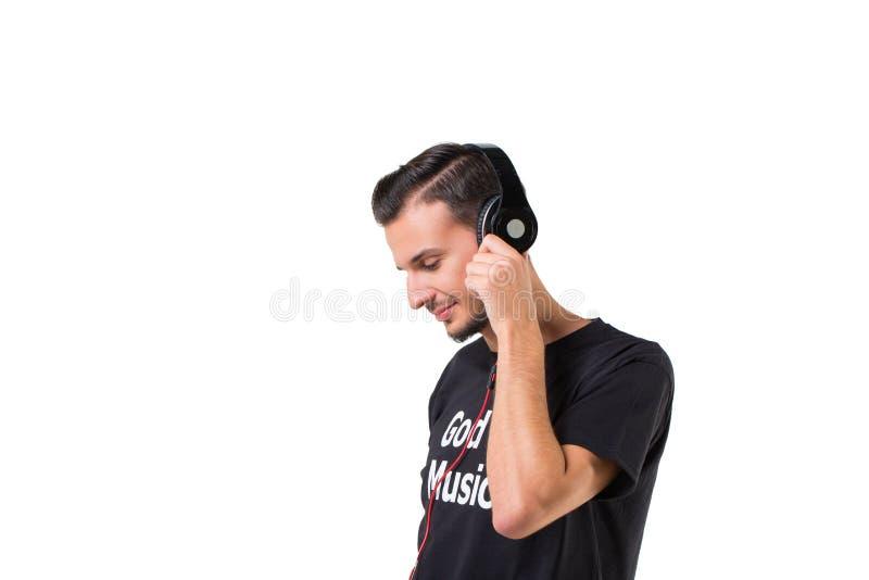最佳的耳机 现代愉快的有胡子的在白色隔绝的大耳机的人听的音乐 库存图片