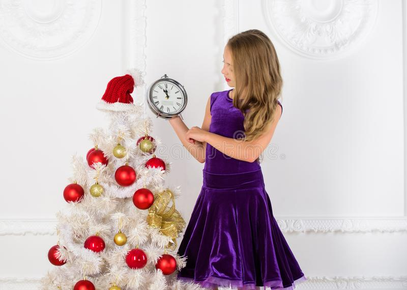 最后一刻直到半夜12点 读秒新年度 最后一刻的实际上是全部乐趣的除夕计划 女孩孩子 库存图片