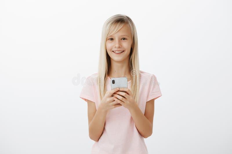 最后感觉与工作得海外的父亲的可爱的正面孩子巨大谈话 满意的快乐的逗人喜爱的白肤金发的女孩 免版税库存照片