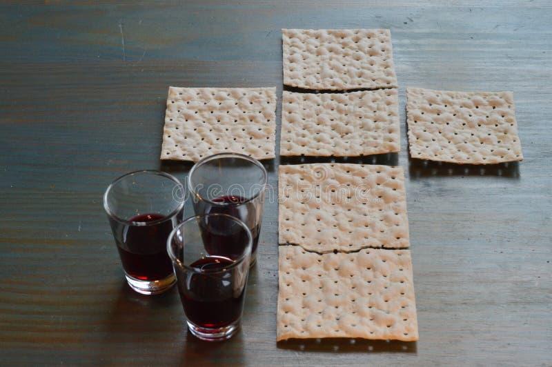 最后的晚餐用在跨形状和酒的面包 图库摄影