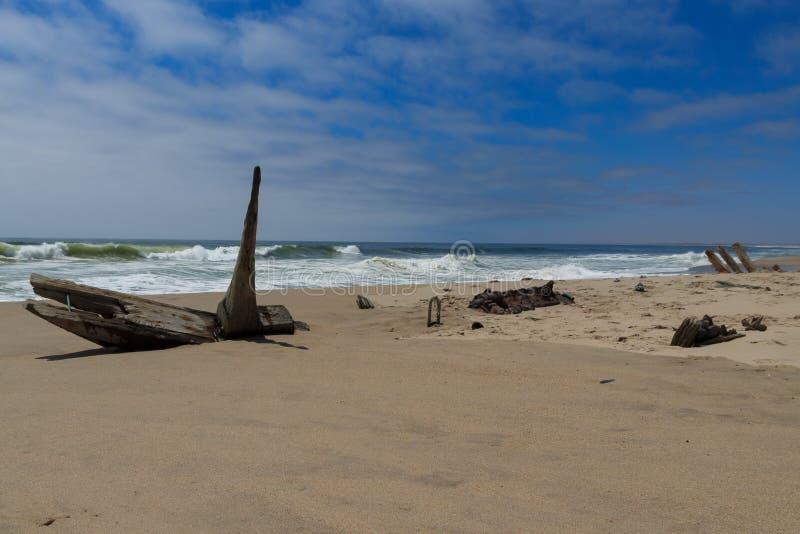 从最基本的海岸的海难 库存图片