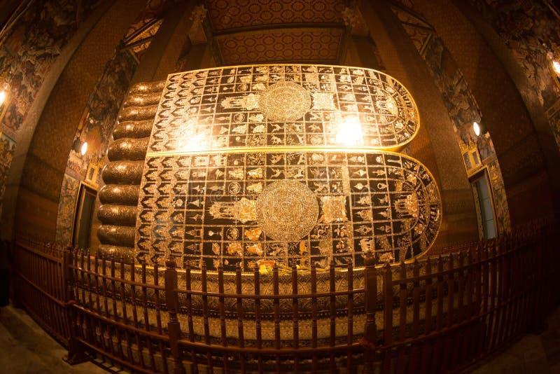 最大和美丽的金黄斜倚的菩萨在Wat Pho,曼谷 免版税库存图片