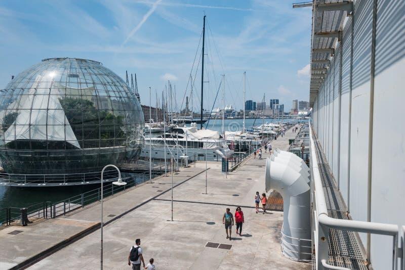 最大的水族馆在欧洲 在左边的生物圈温室 免版税库存图片