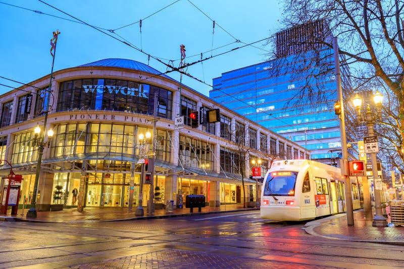 最大TriMet,电车足迹在先驱正方形旁边的晚上在Morriso 免版税库存照片