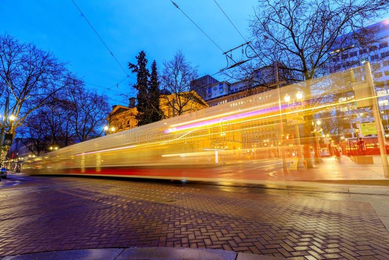 最大TriMet,电车足迹在先驱正方形旁边的晚上在Morriso 免版税库存图片