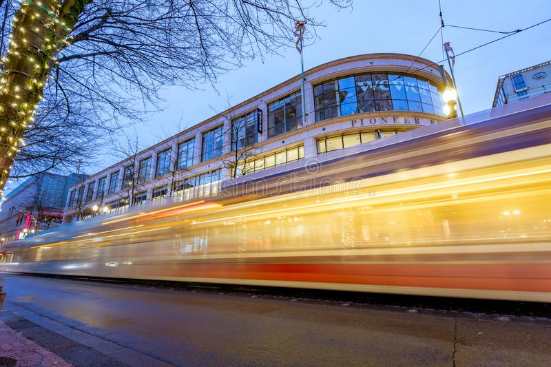 最大TriMet,电车足迹在先驱正方形旁边的晚上在Morriso 免版税图库摄影