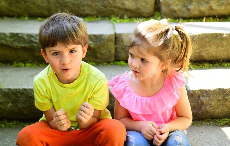 最好的朋友、友谊和家庭价值观 暑假和假期 童年首先爱 小女孩和男孩 库存照片