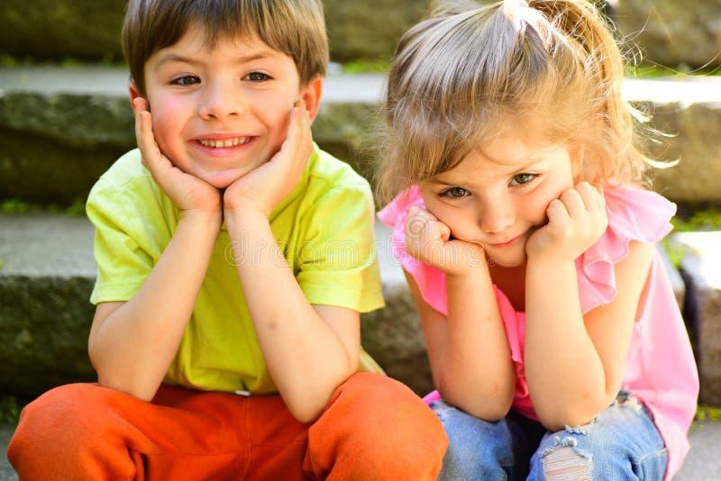 最好的朋友、友谊和家庭 童年首先爱 小女孩和男孩台阶的 关系 暑假和 库存照片