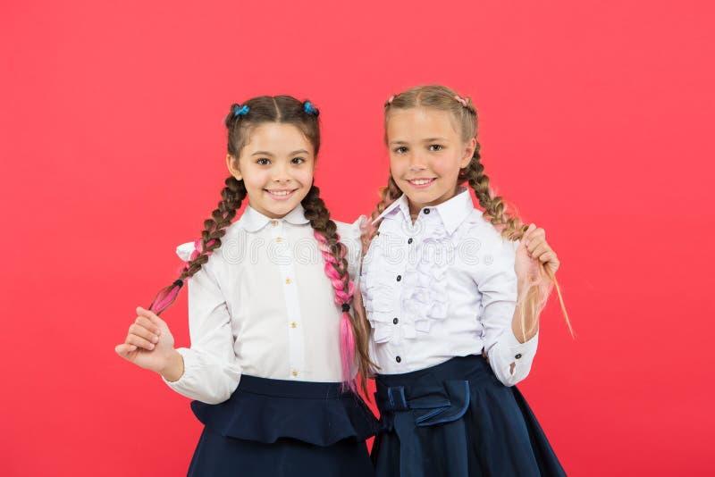 最好的朋友优秀学生 高兴女小学生整洁的出现遇见您 集会新的朋友在学校 ?? 库存照片