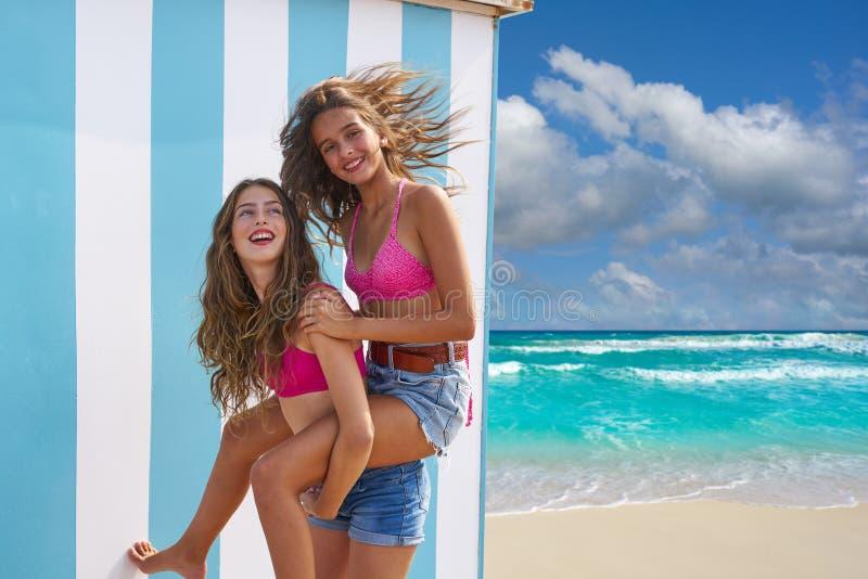 最好的朋友女孩在夏天海滩扛在肩上 库存照片