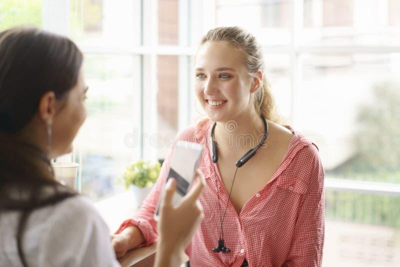 最好的朋友年轻女人谈话愉快,有健康生活方式的交谈在家 免版税库存图片