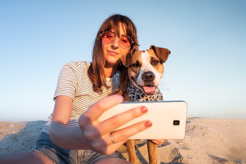 最好的朋友概念:采取与狗的人一selfie 年轻fema 库存图片