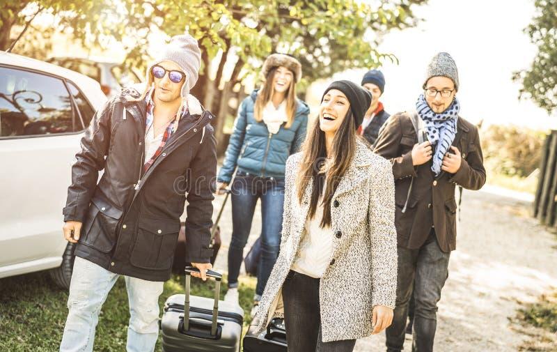 最好的朋友获得乐趣一起在汽车旅行在冬时假期 免版税库存图片