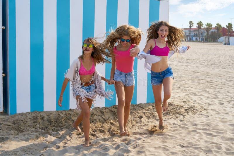 最好的朋友青少年女孩跑愉快在海滩 免版税库存照片