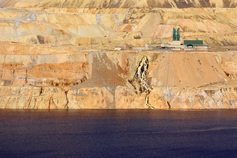 最小值露天开采矿处理水 库存图片