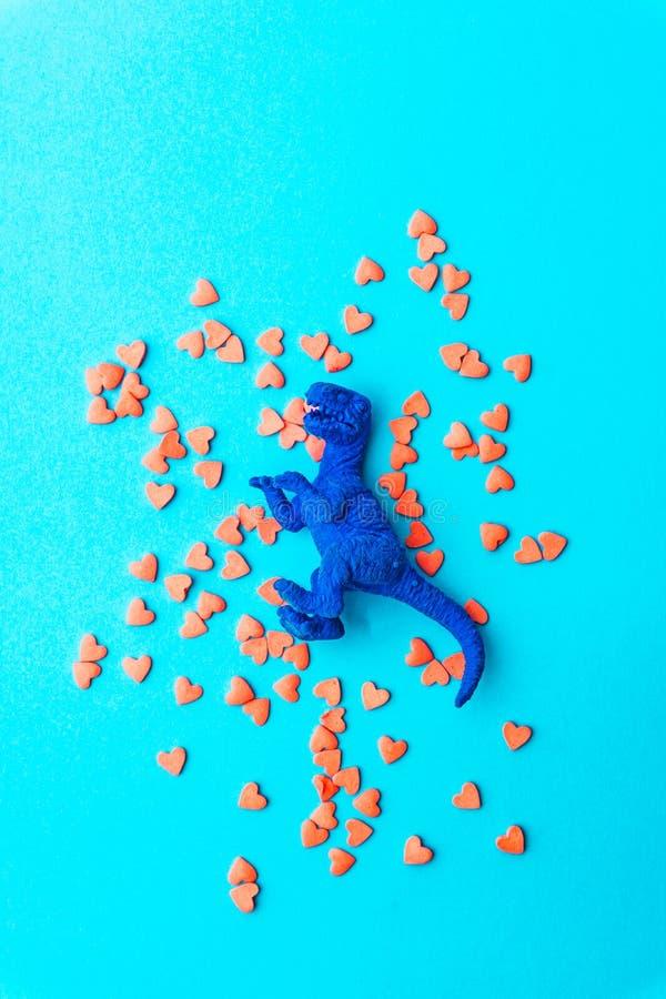 最小爱的概念 在色的背景的甜糖心脏 当代艺术设计 免版税库存图片