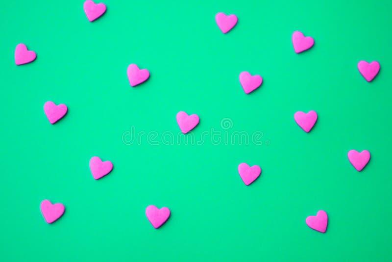 最小爱的概念 在色的背景的甜糖心脏 当代艺术设计 免版税图库摄影