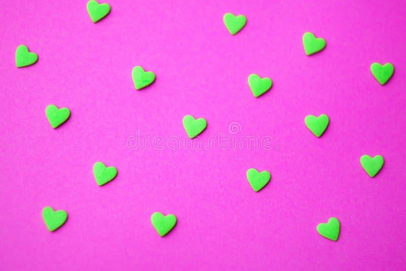 最小爱的概念 在色的背景的甜糖心脏 当代艺术设计 免版税库存照片