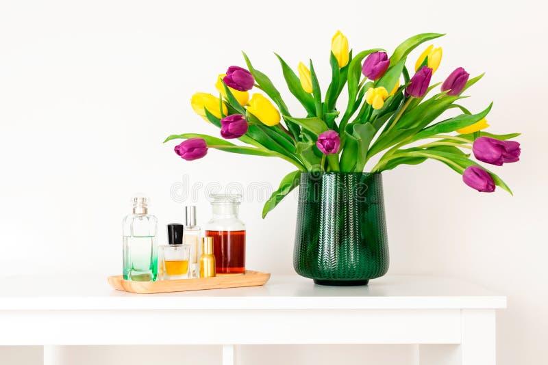 最小的构成,斯堪的纳维亚北欧hygge样式,内部的家,母亲节-在绿色花瓶的郁金香 免版税库存照片