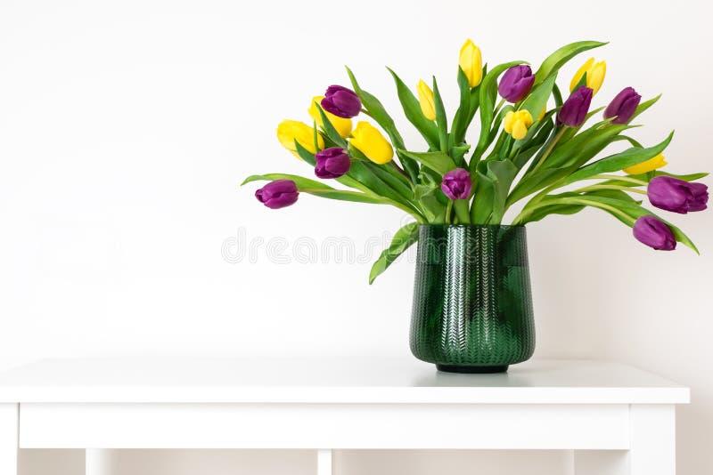 最小的构成,斯堪的纳维亚北欧hygge样式,内部的家,母亲节-在绿色花瓶的郁金香 免版税库存图片