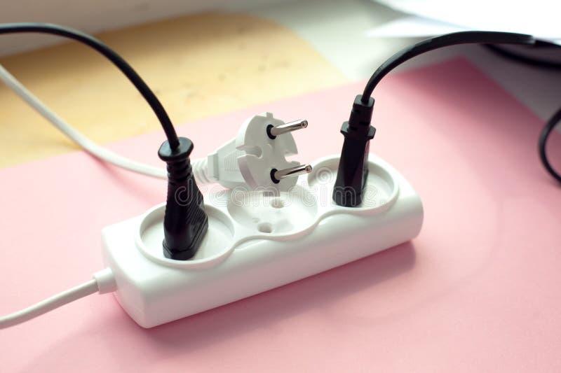 最小的概念,被拔去的绳子,杂乱电子绳子和导线无关联的电能小条或引伸块与我 免版税库存照片