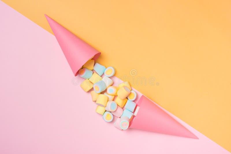 最小的舱内甲板位置 淡色蛋白软糖的顶视图在pinkb的 免版税库存图片
