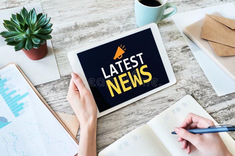 最新的新闻文本和象在设备屏幕上 企业互联网和技术概念 库存照片