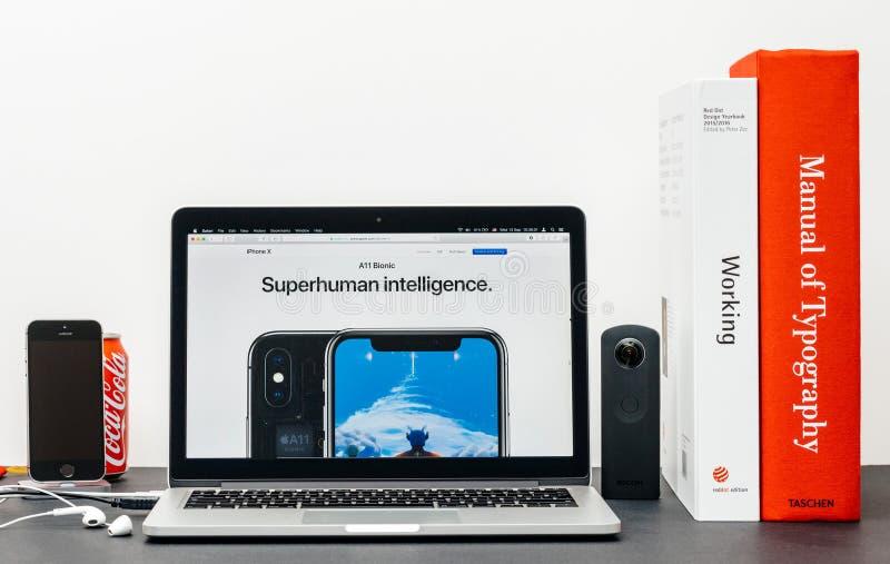 最新的iPhone x 10与超人智力 库存照片