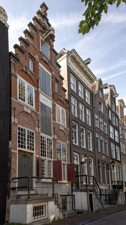 最旧的住宅房子在阿姆斯特丹,Herengracht运河,荷兰的左边 免版税库存照片