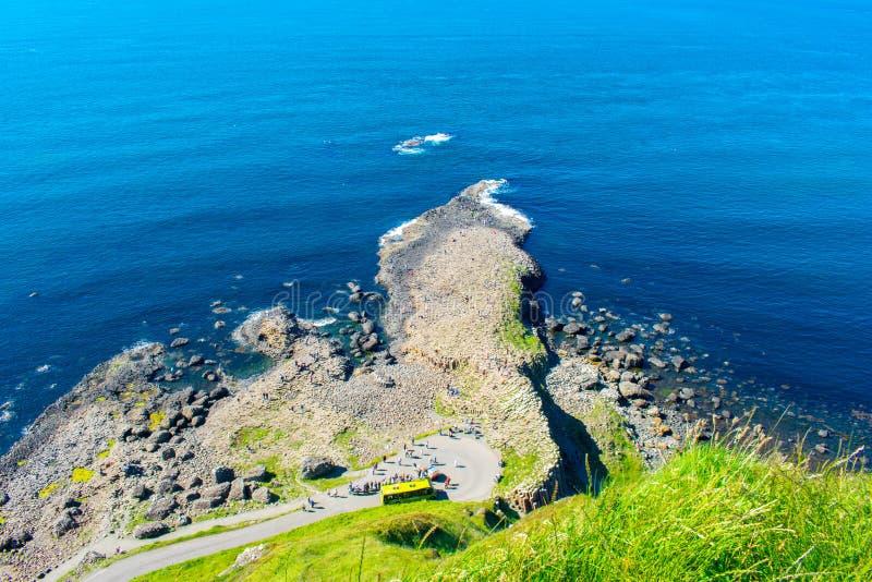 最普遍巨人堤道的鸟瞰图和最著名的地标在北爱尔兰 大西洋和镇静水海岸  库存图片